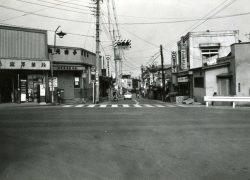 白子坂下 冨澤薬局前の交差点